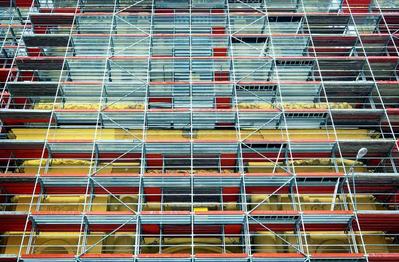 Fachada de edificio con andamios